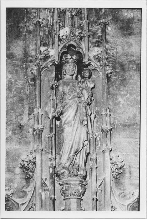 Autel de la Vierge, statue : Vierge à l'Enfant, bas-reliefs : Scènes de la Passion