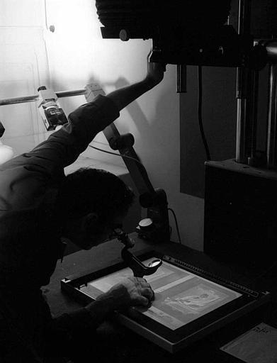 Photographe tirant une épreuve du service des archives photographiques
