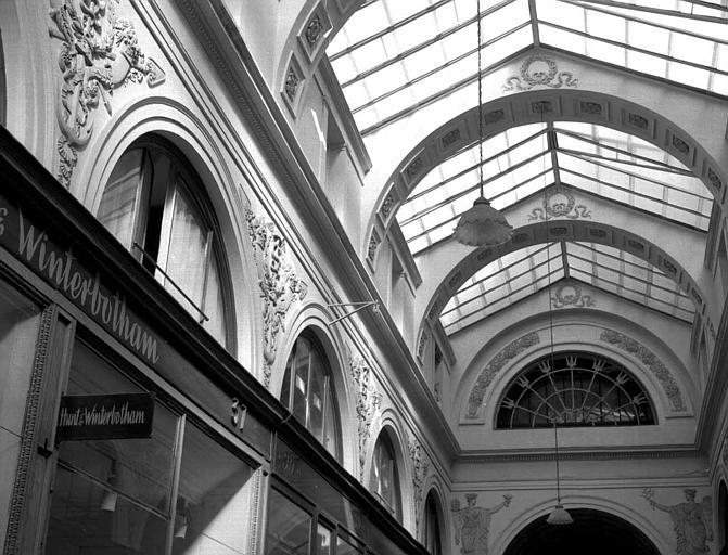 Vue de la couverture d'une allée et de la partie supérieure des arcades