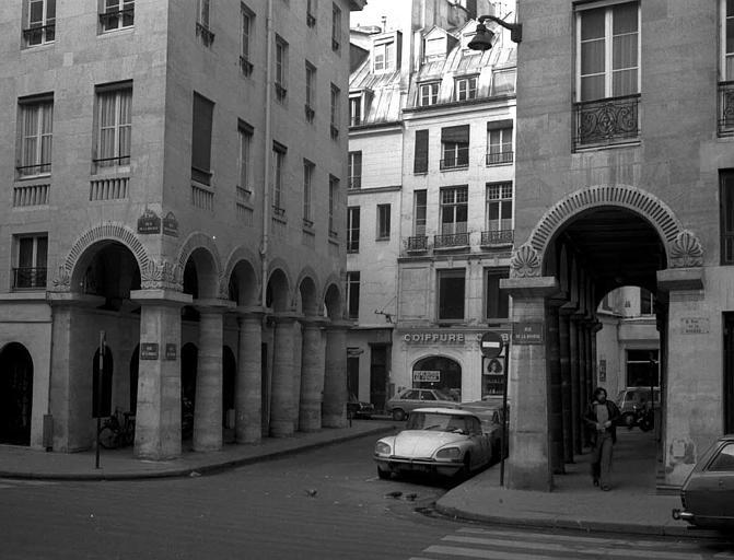 Vue de la rue des Colonnes, section entre la rue de la Bourse et la rue Feydeau