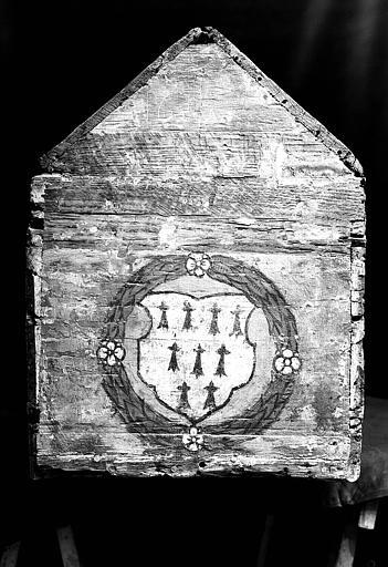 Châsse : Armoirie sur le pignon (après démontage des plaques de laiton et de cuivre)