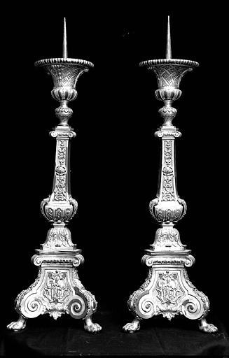 Deux chandeliers en bronze doré