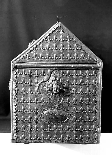 Châsse en laiton et cuivre sur âme de bois : Pignon portant la date '1644'