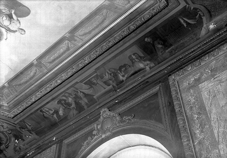 Peinture sur la corniche du plafond de l'escalier : Musiciens et savants