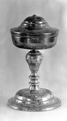 Ciboire en bronze argenté avec coupe en argent dont il manque la croix du couvercle
