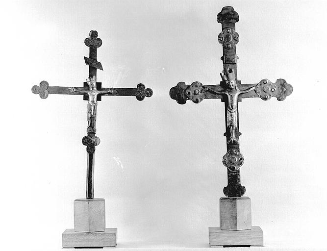 Christ en cuivre émaillé sur croix de bois et croix processionnelle en cuivre émaillé