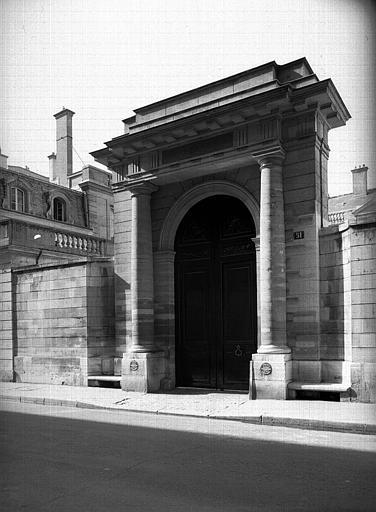 Portail d'entrée de la façade sur la rue