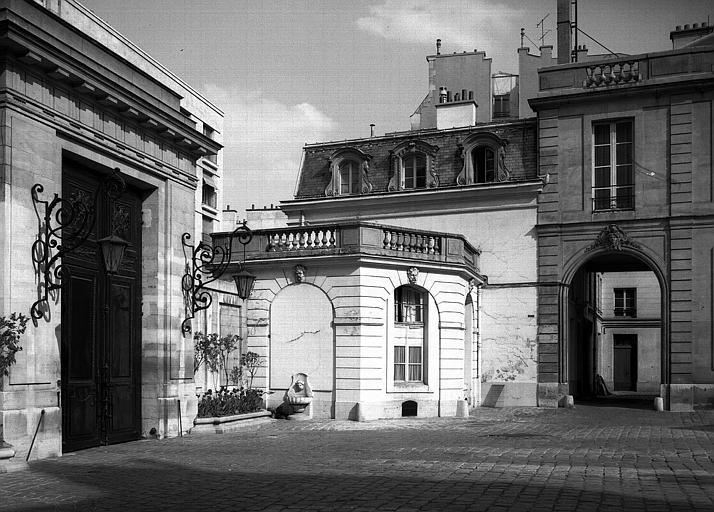 Un angle de la cour au revers de la façade sur rue