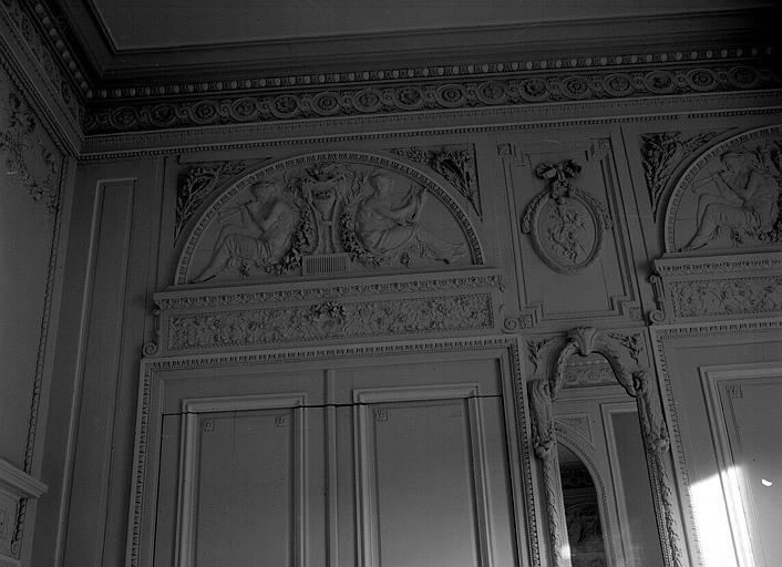 Bas-relief de la lunette au-dessus de la porte, style Empire