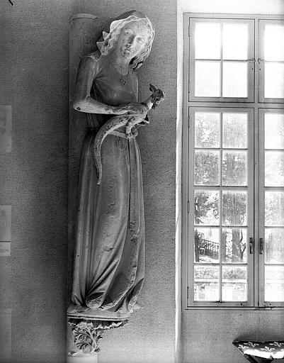 Statue d'Eve provenant du transept nord, à l'ouest de la rose