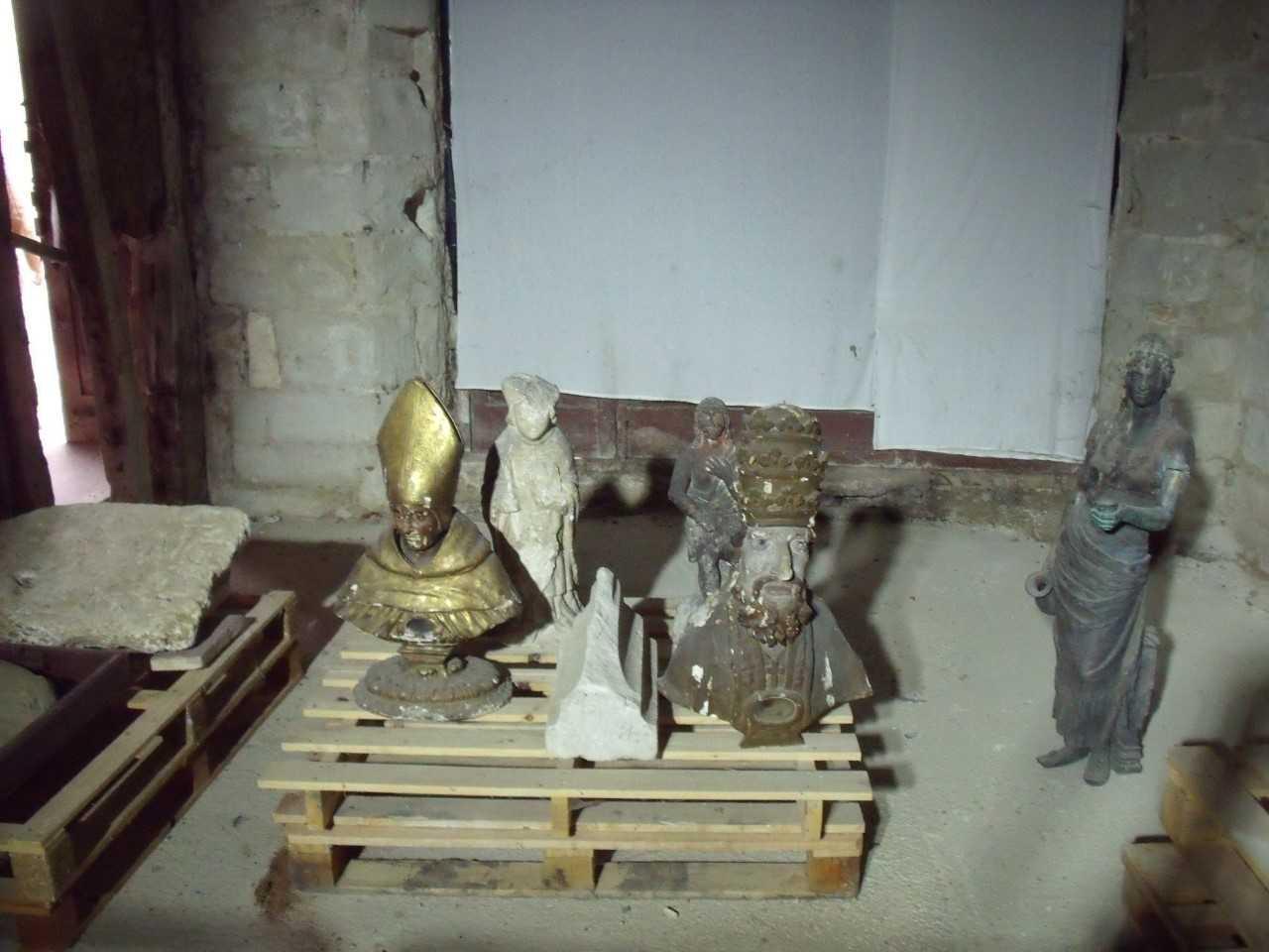 Statuette : Saint évêque, statues, bustes-reliquaires : Saint Léon, Saint Projet, élément lapidaire