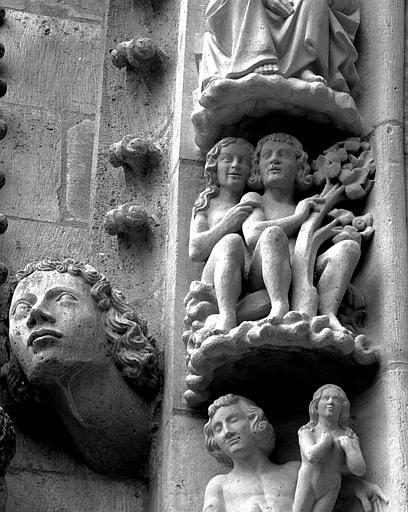 Portail du transept nord, 3e sujet de la voussure (à l'est de la rose) : Adam et Eve au Paradis terrestre