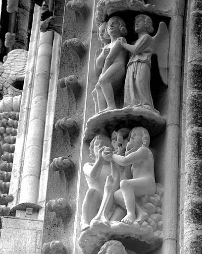 Portail du transept nord, 5e et 6e sujets de la voussure (à l'est de la rose) : Adam et Eve mangeant le fruit défendu - Adam et Eve chassés du Paradis terrestre