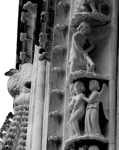 Portail du transept nord, 6e et 7e sujets de la voussure (à l'est de la rose) : Adam et Eve chassés du Paradis terrestre - Adam travaillant la terre