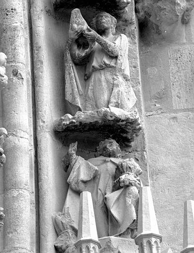 Portail du transept nord, 1e et 2e sujets de la voussure (à l'ouest de la rose) : Offrande d'Abel - Offrande de Caïn