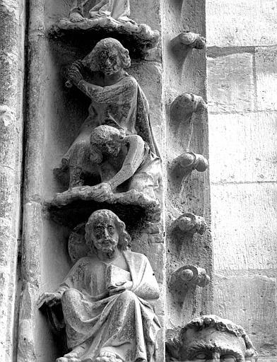 Portail du transept nord, 3e et 4e sujets de la voussure (à l'ouest de la rose) : Dieu se penche sur Caïn et Abel - Caïn, jaloux, tue Abel