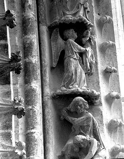 Portail du transept nord, 4e et 5e sujets de la voussure (à l'ouest de la rose) : Caïn, jaloux, tue Abel - Un ange emporte Abel