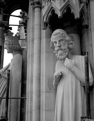 Extérieur du transept nord, statue à l'est de la rose : Adam (réplique moderne de l'original) et statue d'un Roi dite de Philippe-Auguste