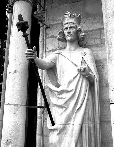 Extérieur du transept nord, statue à l'est de la rose : Statue d'un Roi dite de Philippe-Auguste (réplique moderne de l'original)