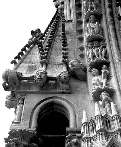 Extérieur du transept nord : Pinacle à l'est de la rose