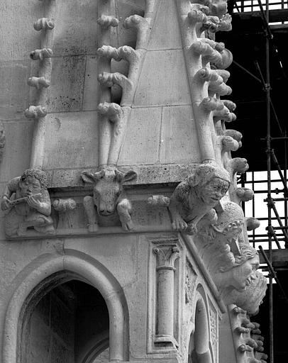 Extérieur du transept nord : Pinacle à l'ouest de la rose