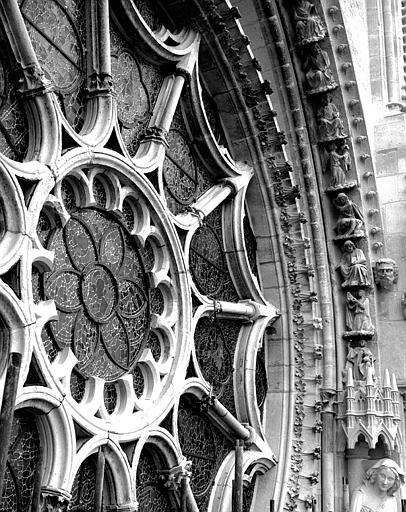 Extérieur du transept nord : Vue de la rose vers l'ouest