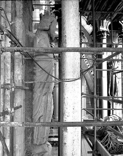 Extérieur du transept nord, côté ouest : Statue de roi vue de profil