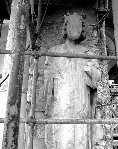 Extérieur du transept nord, côté ouest : Statue de roi vue de face