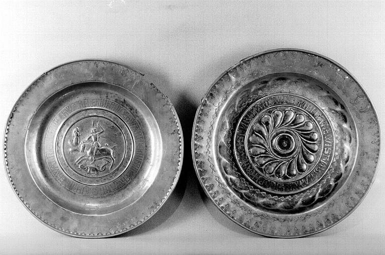 Deux plats de quête en laiton