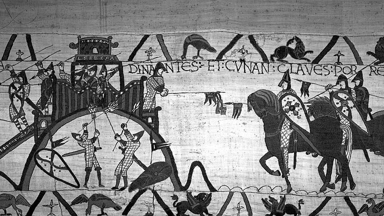Tapisserie de Bayeux (avers),  26B : Conan duc de Bretagne offrant les clefs de la ville à Guillaume à cheval