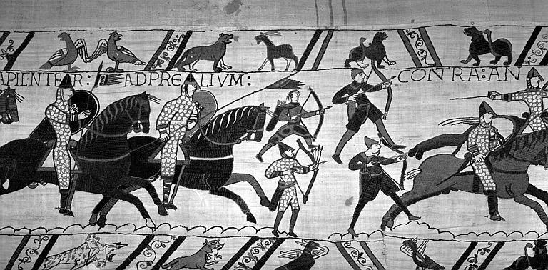 Tapisserie de Bayeux (avers),  67B : Archers à pied et cavaliers normands chargeant