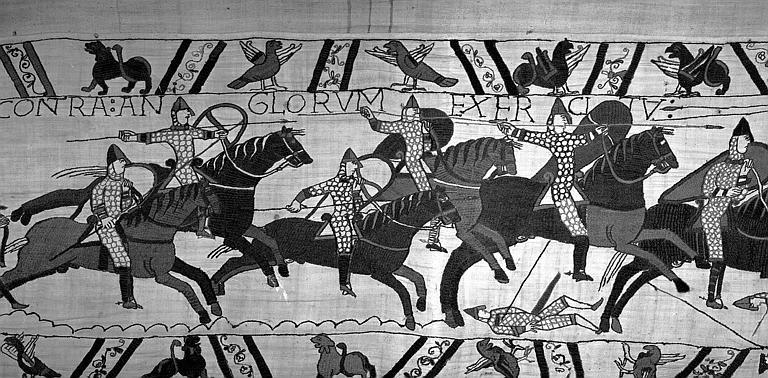 Tapisserie de Bayeux (avers),  68B : Cavaliers normands chargeant un soldat mort