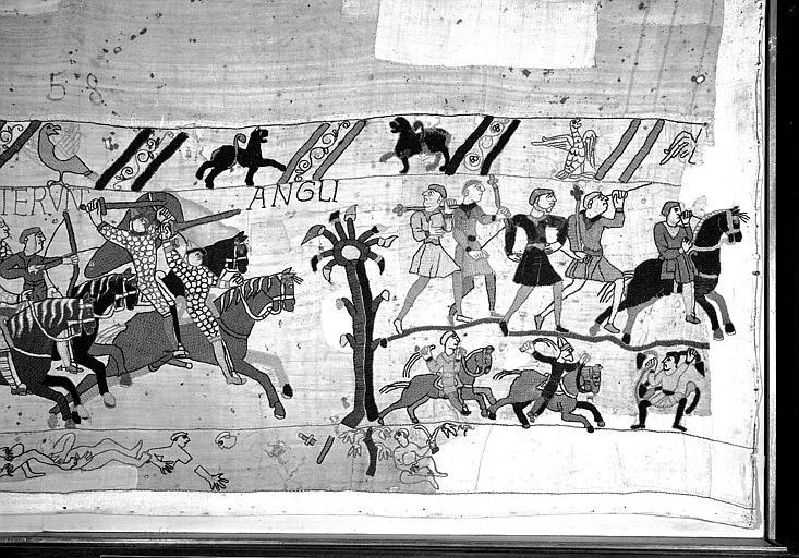 Tapisserie de Bayeux (avers),  83B : Cavaliers normands armés d'épées, de lances ou d'arcs, Anglais fuyant à pied