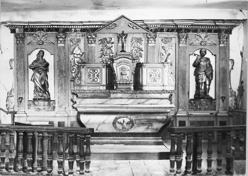 autel, tabernacle, retable, deux statues (maître-autel, retable architecturé) : Vierge à l' Enfant, saint Pierre