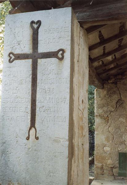 dalle funéraire avec un croix au milieu