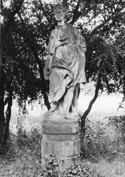statue : femme couronnée de lauriers, avec un bras manquant