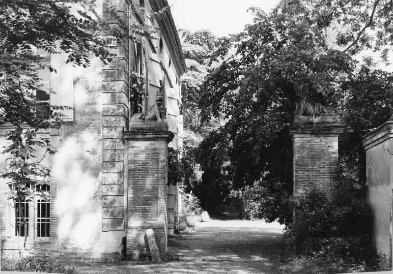 statues : deux molosses devant l'entrée