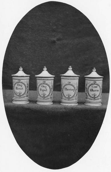 quatre pots à pharmacie