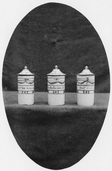 trois pots de pharmacie