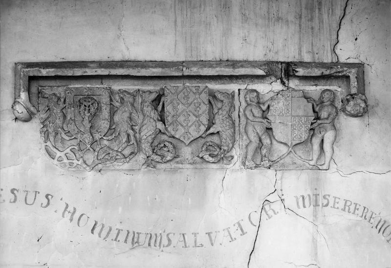 linteau (et amortissement décoratif d'une niche)