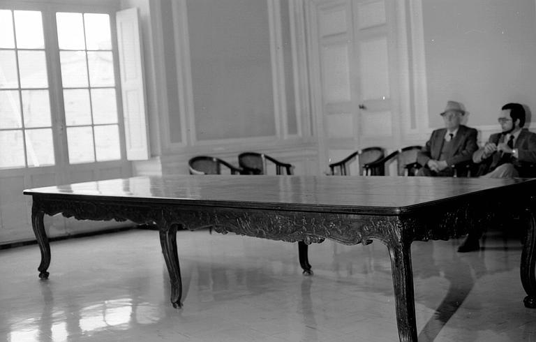 Table en bois sculpté d'époque Louis XV dans la salle du conseil
