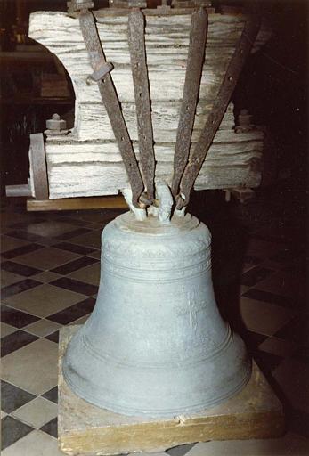Cloche : décorée d'une frise de feuilles et d'une croix ornée de rinceaux végétaux, inscription, datée de 1686, bronze