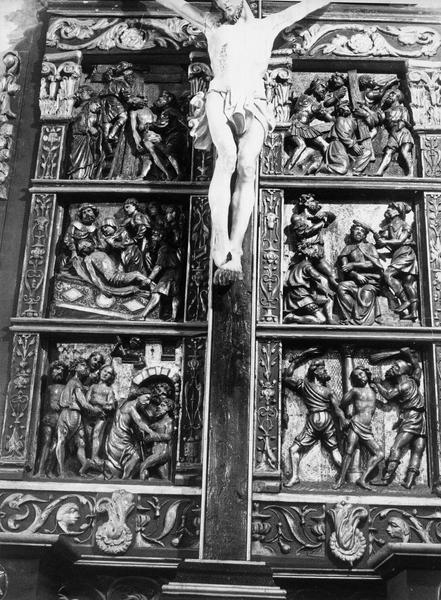 Bas-reliefs : la Flagellation, le Couronnement d'Epines, le Portement de croix, la Déposition de croix, la Mise au tombeau, la Descente aux limbes, vue générale
