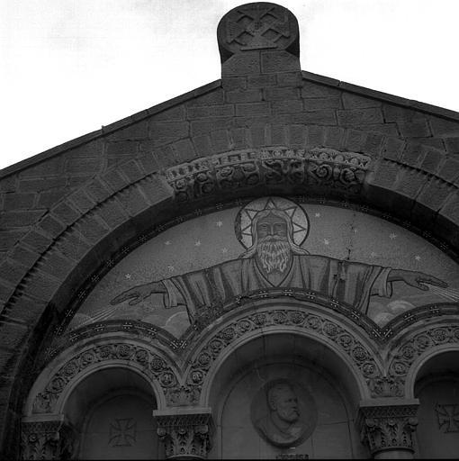 Tombeau de la famille Berlioz : Quatre claveaux en marbre blanc sculptés dans l'archivolte