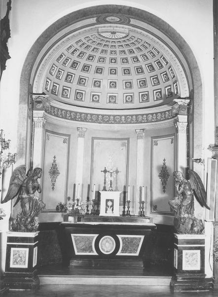 Deux autels, deux statues et leur socle : Anges adorateurs