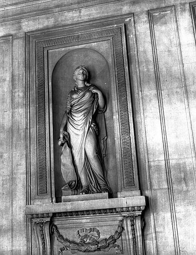 Statue dans le grand escalier : L'Architecture