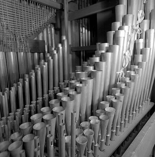 Orgue : Grand orgue (de l'extérieur vers le fond : Clairon 4, trompette 8, prestant 4, bourdon 8, salicional 8)
