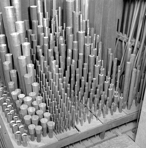 Orgue (de gauche à droite : Voix humaine 8, clairon 4, trompette 8, cymbale III rangs, fourniture IV rangs, tierce 1. 3;5, quarte 2, nazard, grosse tierce, doublette, prestant 4, bourdon 8, montre 8, bourdon 16)
