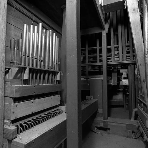 Orgue : Tuyaux de pédale ajoutés en pneumatique, tuyaux de trompette et flûte 4 (dessus)