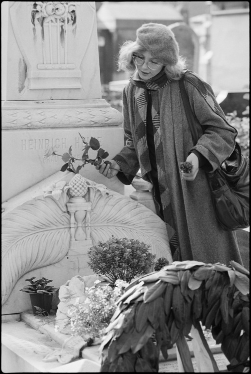 Constanze Engelbrecht près de la tombe de Heinrich Heine